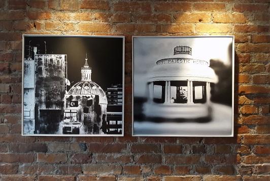 Obra na técnica de foto digital, de Nádia Raupp Meucci, guarnece a entrada do hotel